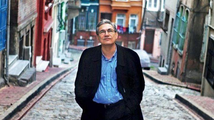 Orhan Pamuk çok sevdiği İstanbul sokaklarında. kaynak httpst24.com.trhaberorhan-pamuk-roman-anlamanin-alanidir-hak-vermenin-degil,859030